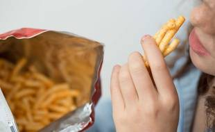 Illustration d'une enfant en train de manger des frites.
