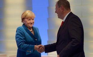"""Une """"grande coalition"""" entre conservateurs et sociaux-démocrates, hypothèse la plus probable qui se dessine en Allemagne au lendemain des législatives, laisse entrevoir une légère inflexion vers plus de tolérance envers les partenaires européens en crise."""