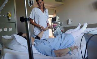 Une infirmière prenant soin d'une patiente dans une clinique de Bayonne