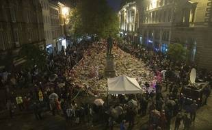Des centaines de personnes ont respecté une minute de silence lundi à 22h31 précises à Manchester