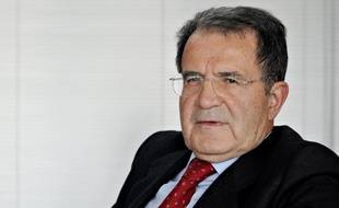 """Le devoir de la France est de """"recomposer l'unité européenne, pas de servir de roue de secours à l'Allemagne"""", a affirmé l'ex-président du Conseil italien Romano Prodi (gauche) dans un éditorial et un entretien publiés dimanche."""