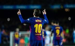 Lionel Messi, doigts vers les cieux, impacte le sol barcelonais.