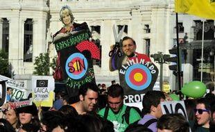 """Des enfants de six ans portant une pancarte avec les mots """"Quel avenir nous attend?"""", des professeurs, parents et lycéens au coude-à-coude dans les rues: le monde de l'éducation s'est mobilisé mardi en Espagne pour une journée de grève inédite contre les coupes budgétaires."""