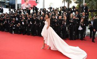 Leïla Bekhti monte les marches du Festival de Cannes le 13 mai 2015.