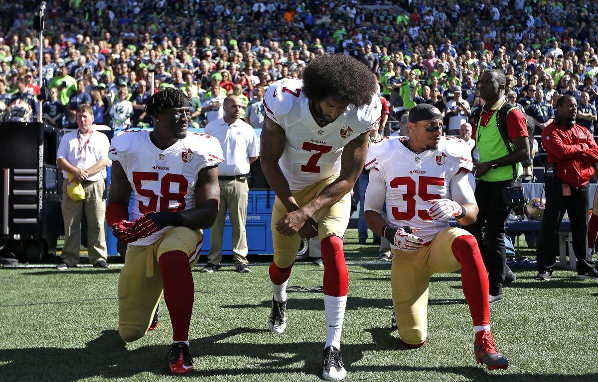 Les joueurs des 49ers de San Francisco, Eli Harold, Colin Kaepernick et Eric Reid protestent pendant l'hyme américain, le 25 septembre 2016. – T.WARREN/AP/SIPA