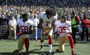 Les joueurs des 49ers de San Francisco, Eli Harold, Colin Kaepernick et Eric Reid protestent pendant l'hyme américain, le 25 septembre 2016.