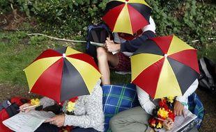 Une jeune fille a revêtu un chapeau parapluie pour ridiculiser un camarade voyeur