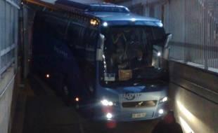 Le bus de Chelsea n'a pas réussi à entrer du premier coup dans le parking du Parc des Princes, le 16 février 2015.