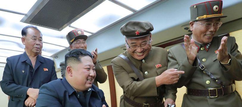 Kim Jong-un supervisant un tir de missile en Corée du Nord, le 17 août 2019.