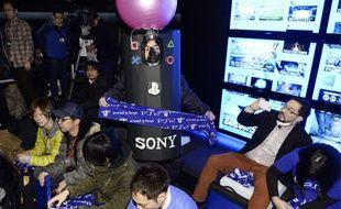 Les Japonais patientaient vendredi 21 février 2014, pour être les premiers à acquérir la nouvelle console de Sony le lendemain.