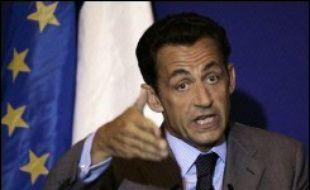 """Un peu moins d'un tiers des sans-papiers avec un enfant scolarisé seront régularisés, soit quelque 6.000 personnes, a annoncé lundi le ministre de l'Intérieur Nicolas Sarkozy qui a catégoriquement exclu une """"régularisation massive""""."""
