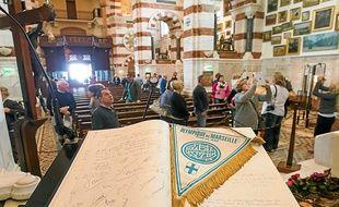Parmi les ex-voto de la Bonne-Mère, les visiteurs peuvent admirer un fannion de l'OM.