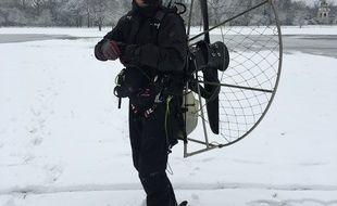 Antoine Taillefer paré de son paramoteur pour skier à 70 km/h dans le parc de Bagatelle à Paris.