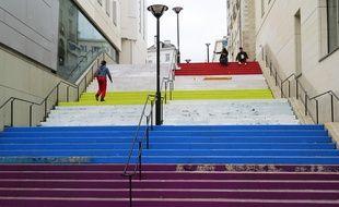 La partie haute de l'escalier coloré de la rue Beaurepaire est recouverte de blanc.