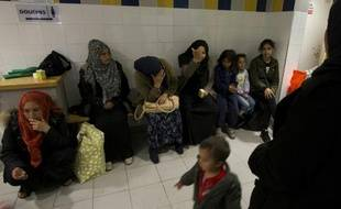 Des familles syriennes dans un camp de réfugiés à Paris le 2 octobre 2015