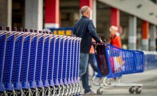 La grande distribution a annoncé mercredi sa décision de suspendre la mise en oeuvre de l'accord sur les contrats de génération qui prévoyait 30.000 embauches, en réponse à l'adoption d'une hausse de la taxe sur les surfaces commerciales.