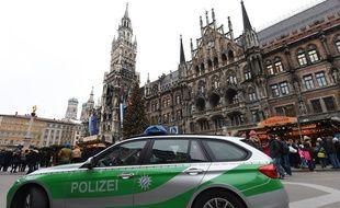 Le 20 décembre 2016, une voiture de police stationne devant un marché de Noël à Munich après l'attentat perpétré à Berlin lundi 19 décembre.