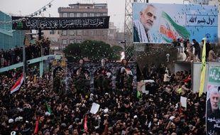 Des Iraniens ont envahi les rues d'Ahvaz et Machhad dimanche au premier de trois jours d'hommage national au général Qassem Soleiman