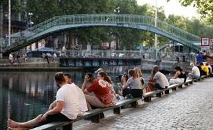 Une soirée de canicule sur le bord du canal Saint-Martin à Paris.