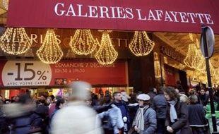 Le dimanche, l'ouverture des magasins - les commerces alimentaires seulement le matin - sera désormais autorisée, sous certaines conditions, dans les zones touristiques et les agglomérations de plus d'un million d'habitants (Paris, Lyon, Marseille, Lille).