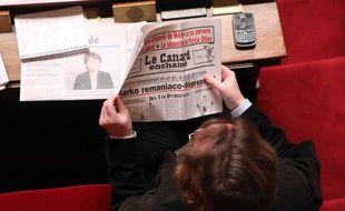 Un député lisant Le Canard Enchaîné à l'Assemblée nationale