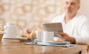 Illustration: Un homme prend un petit-déjeuner.