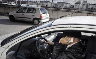 Le Conseil national de la sécurité routière (CNSR) s'est prononcé le 1er juillet pour l'interdiction d'utiliser au volant les kits main libre qui permettent de téléphoner grâce à des écouteurs, un casque ou une oreillette.