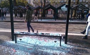 Du mobilier urbain détruit arrêt Commerce à Nantes