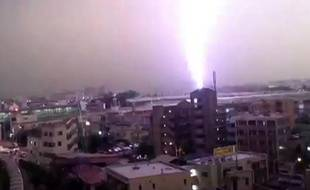 Capture d'écran de la vidéo de la foudre s'abattant sur un train à Tokyo le 12 août 2013.