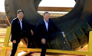 Tony Abbott et le Premier ministre japonais Abe Shinzo, en visite en Australie posent une jambe bien levée, afin de montrer à l'objectif des bottes d'une marque typiquement australienne.