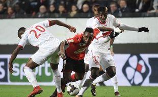 Firmin Mubélé au milieu de la défense toulousaine mercredi 10 janvier lors du quart de finale de la Coupe de la ligue.