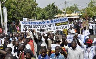 Les islamistes armés occupant le nord du Mali ont démoli de nouveaux mausolées de saints à Tombouctou jeudi, à la veille d'une réunion internationale à Bamako sur une intervention militaire dans ce pays, envoi d'une force à laquelle se sont opposés dans la matinée 2.000 manifestants.
