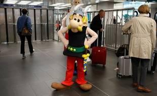 Une personne dans le costume du personnage Astérix, dans les couloirs du métro à la Gare de Lyon, le 9 octobre 2019, à l'occasion des 60 ans du personnage