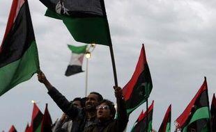 Des manifestants anti-Kadhafi à Benghazi, en Libye, le 18 mars 2011, après l'adoption de la résolution 1973 par l'ONU