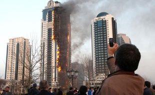 La façade d'un gratte-ciel de 40 étages était ravagée par le feu mercredi soir à Grozny, la capitale de la Tchétchénie