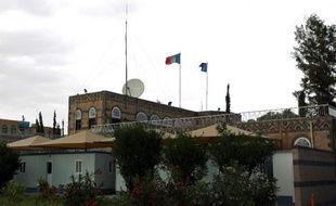 Un obus de mortier a été tiré dans la nuit de dimanche à lundi en direction de l'ambassade de France à Sanaa, sans la toucher, et une voiture piégée a explosé à quelques centaines de mètres plus loin, dans le quartier diplomatique de Hadda.