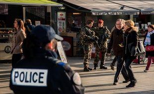 A Lyon, des parachutistes de 3eme RPIMA patrouillent avec la police municipale et nationale dans le centre-ville dans le cadre du renforcement du plan Vigipirate.  BONY_134115/Credit:Bony/SIPA/1511281353