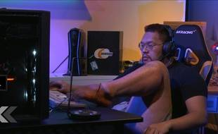 Il joue aux jeux vidéos avec ses pieds - Le Rewind