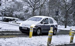 Une voiture sous la neige (image d'illustration).
