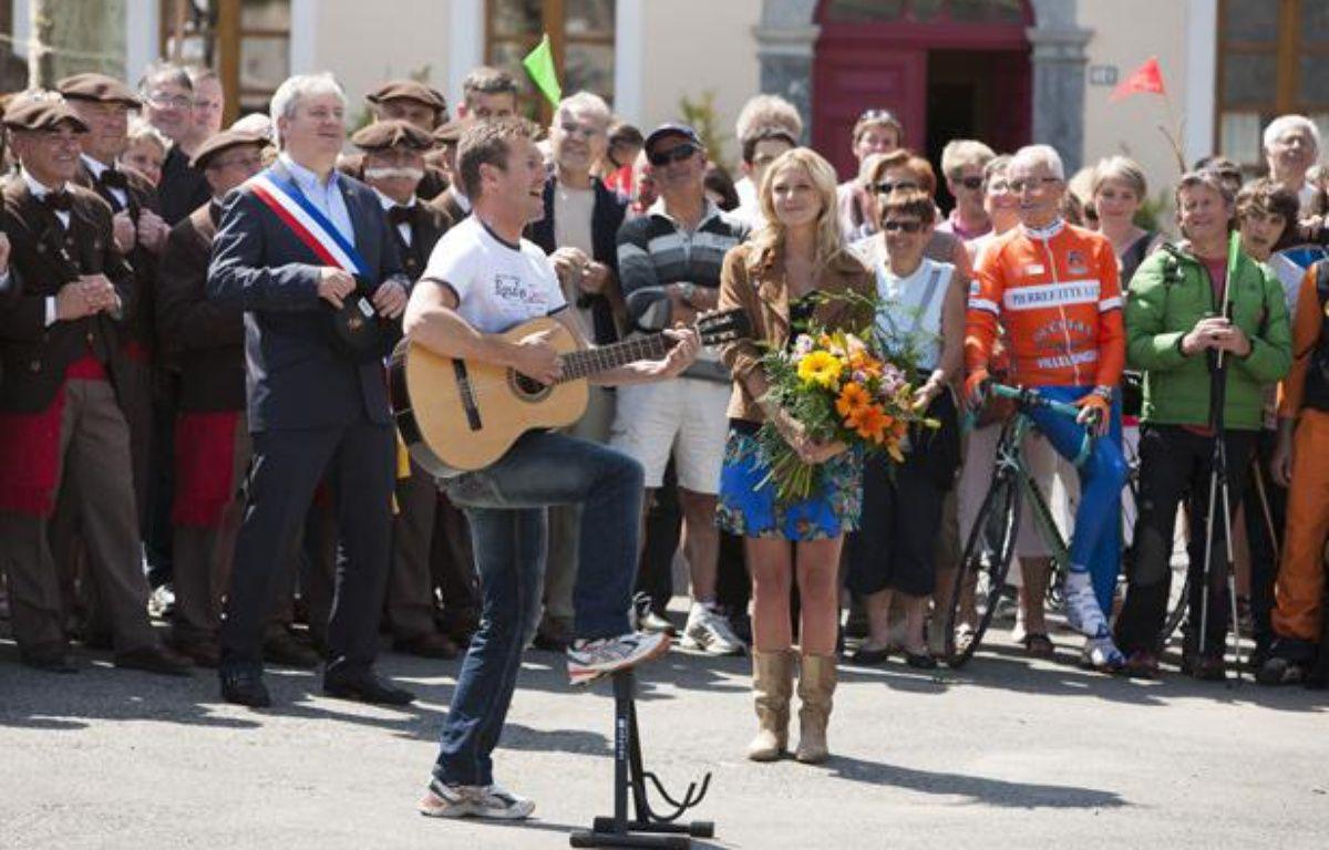 Noisette et Julie Taton à Luz-Saint-Sauveur dans «Coup de foudre au prochain village» – TF1/Julien KNAUB