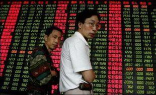 La Bourse de Shanghai a dégringolé de 8,26% lundi pour la troisième fois depuis le début de l'année, les investisseurs s'inquiétant de voir Pékin prendre des mesures supplémentaires pour freiner la spéculation sur les marchés, selon des courtiers.