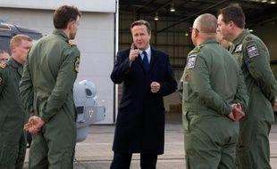 Le Premier ministre britannique David Cameron, le 23 novembre 2015, sur la base aérienne de Northolt, dans l'ouest de Londres