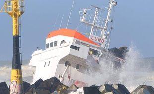 Un cargo s'est échoué àAnglet, près du port de Bayonne, le 5 février 2014.