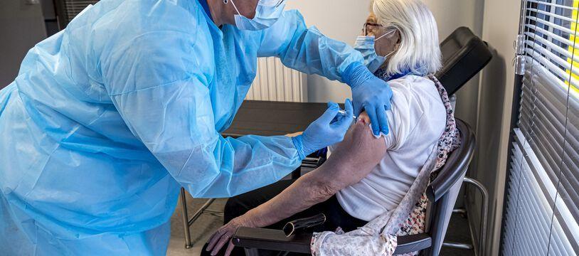 Une vaccination en Ehpad, illustration. Plus de 80% des résidents ont reçu une première dose de vaccin.