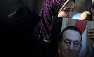 Le président égyptien déchu Hosni Moubarak est arrivé lundi matin à bord d'une ambulance pour une nouvelle session de son procès au Caire, selon des images diffusées par la télévision d'Etat.