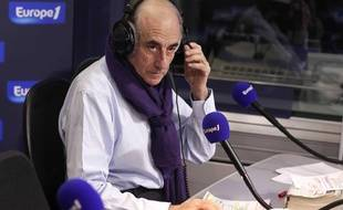 Jean-Pierre Elkabbach dans les studios d'Europe 1, le 2 avril 2010, à Paris.