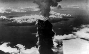 Le nuage nucléaire de la bombe atomique lachée sur Nagasaki en août 1945, prise de l'aile d'un avion de l'US Air Force.