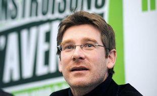 : Le député européen Europe-Ecologie (EE), Pascal Canfin  (C), s'exprime lors d'une conference de presse au côté de Pierre  Larrouturou, tête de liste Europe-Ecologie dans les Hauts-de-Seine pour  les élections régionales, le 21 janvier 2010 à Paris.