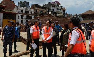 Le vice-ministre des Affaires étrangères japonais, Minoru Kiuchi, visite un chantier de reconstruction à Katmandou, au Népal, le 25 juin 2015