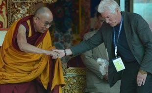 Le Dalaï Lama (g) et l'acteur américain Richard Gere lors du 79e anniversaire de Choglamsar, près de Leh, dans l'Himalaya le 6 juillet 2014